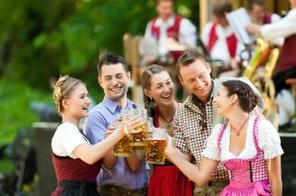 Im Biergarten - Freunde vor Blaskapelle